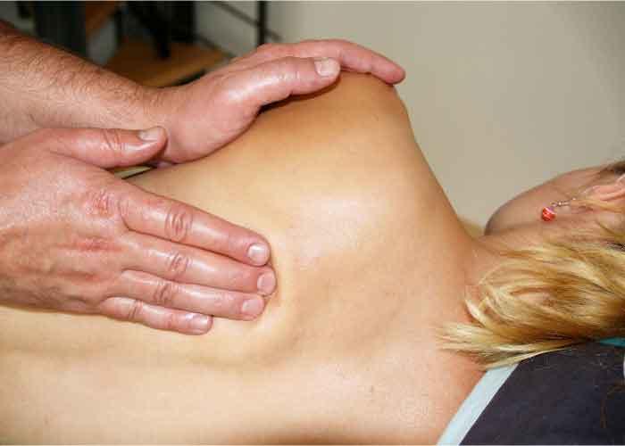 quiropractico haciendo masaje